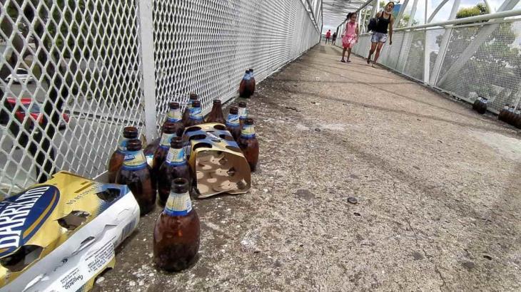 Puente peatonal es usado para consumir alcohol