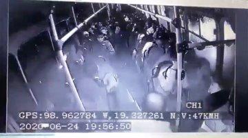 Pasajero se enfrenta a balazos a delincuentes que asaltaron autobús.. hay 3 muertos