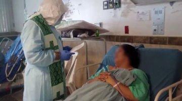 Sacerdote lleva Sacramentos a pacientes de COVID-19 internados en el ´Juan Graham´ y Hospital de Cárdenas