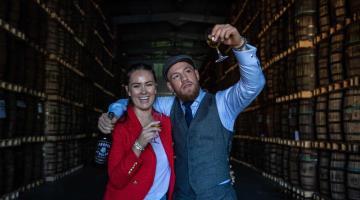 Tras 12 años de noviazgo, McGregor anuncia nupcias con su novia Dee Devlin