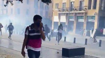 Chocan manifestantes y fuerzas policiacas libanesas durante protestas, tras explosión en Beirut