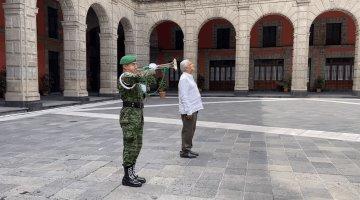 Con toque de silencio, AMLO rinde homenaje a víctimas del covid-19