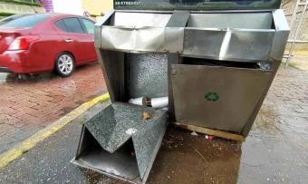 Abundan botes de basura deteriorados en la vía pública de Villahermosa