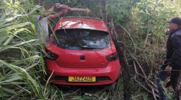 Auto se sale del camino en vía a Ciudad del Carmen; solo hubo daños materiales