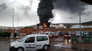 Rayo impacta a refinería y causa incendio