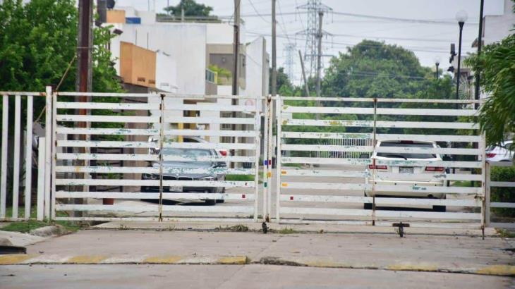 Con portones y cadenas restringen acceso a fraccionamiento San Ángel en Indeco
