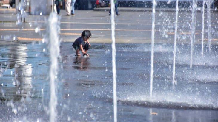 Niños vuelven a jugar en las fuentes danzantes de Plaza de Armas