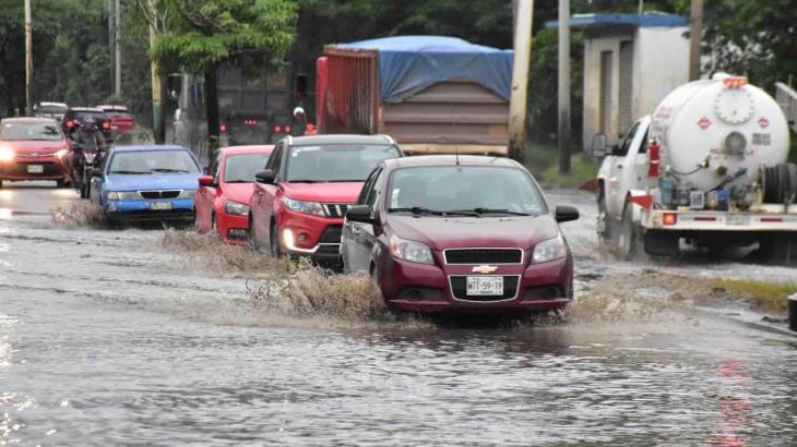 Lluvias dejan largos vados de agua en periférico de Villahermosa