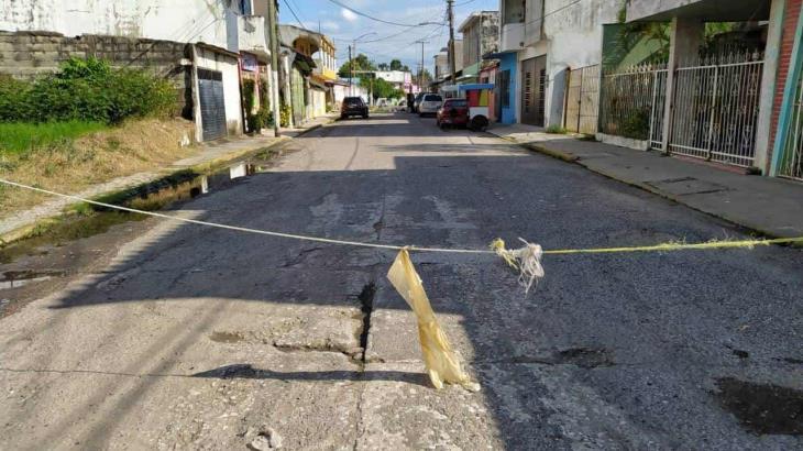 Vecinos cierran calle destrozada en Macuspana