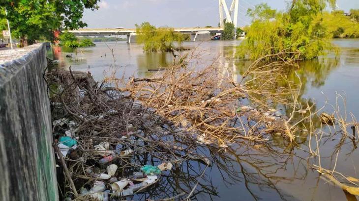 FOTO GALERÍA: Subió el Grijalva y con él las grandes cantidades de basura que almacena