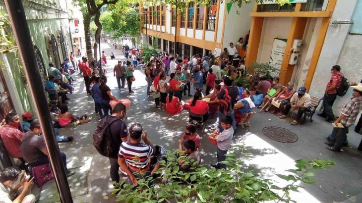 Largas filas de hasta 12 horas para cobrar apoyo por inundaciones