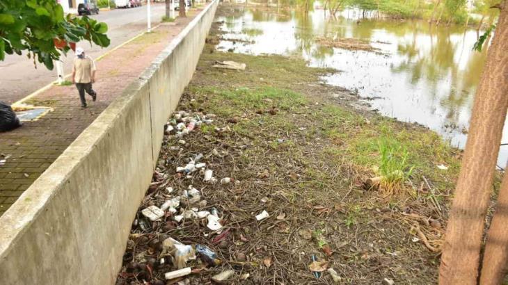 Desciende nivel de aguas del río Grijalva; ya se ve tierra de nuevo