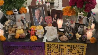 Embajador de EU en México presume ofrenda de muertos 2020; lamenta que este año puso una foto nueva en el altar... la de su suegra