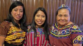 La actriz Yalitza Aparicio se reúne con Rigoberta Menchú, en su visita a Guatemala