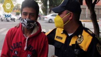 Devuelve policía de CDMX mochila con 30 mil pesos que habían extraviado; acto le mereció ¡un ascenso!
