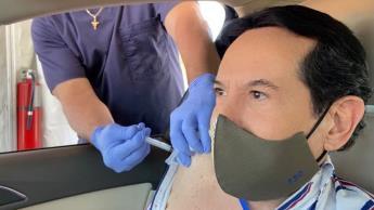 Se vacuna Juan José Origel contra el Covid... en Miami, EEUU