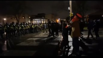 Pese a toque de queda, protestan en Minneapolis por abusos policiales