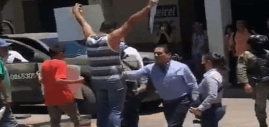 """""""Temo por mi vida"""", dice maestro agredido por el gobernador de Michoacán"""