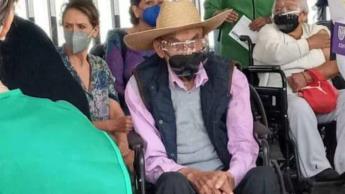 Reaparece el expresidente, Luis Echeverría; recibe vacuna contra COVID-19 en la CDMX