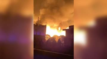 Se incendia bodega de fibra óptica en Estado de México; almacenaba rollos de cable de luz de la CFE
