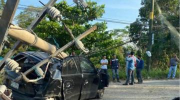 Se impacta automóvil contra poste de luz en la carretera Nacajuca-Villahermosa