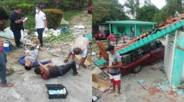 Camioneta se impacta contra casa y cae parte del techo sobre la unidad en Comalcalco