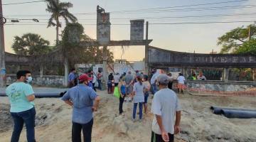 Comerciantes bloquean trabajos de SEDATU en el malecón de Gaviotas