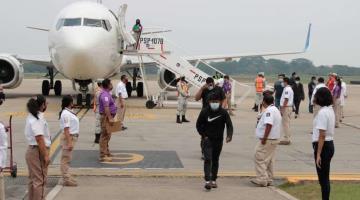 Llegan al aeropuerto de Villahermosa 102 mexicanos repatriados desde Laredo, Texas