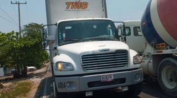 Detienen pobladores de Paraíso a conductor de camión que impactó contra poste de CFE