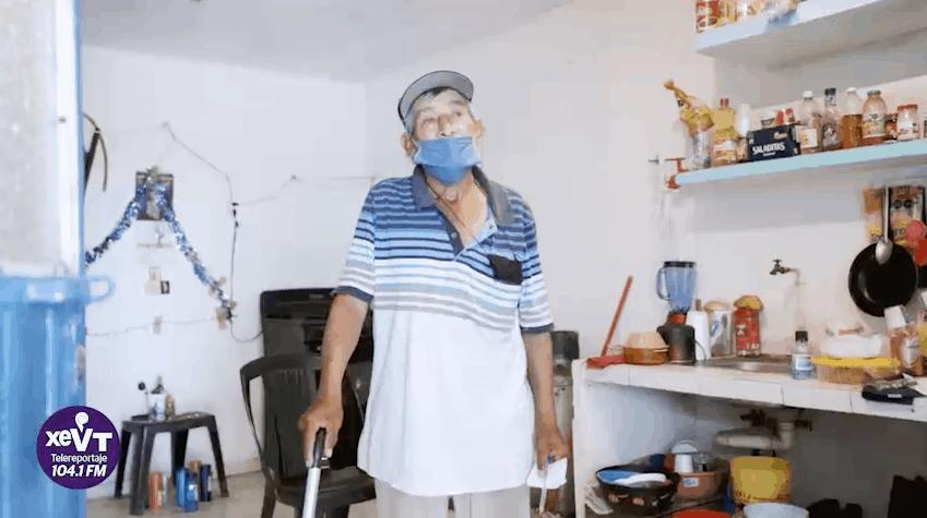 A sus 79 años vende dulces, y sueña con comprar un aparato auditivo