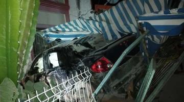 Se impacta automovilista contra una vivienda... en Chiltepec, Paraíso