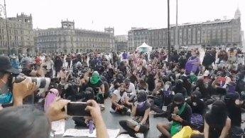 Colectivos feministas y madres de desaparecidos marchan en la CDMX