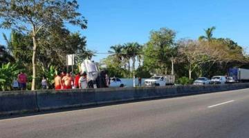 Vuelca auto compacto sobre la Vhsa–Frontera; no hubo heridos