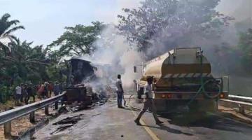 Explotan 2 camiones de carga pesada tras chocar de frente... en Chiapas