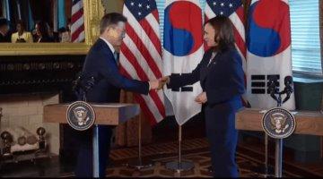 Exhiben a Kamala Harris limpiándose la mano tras saludar al presidente de Corea del Sur