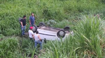 Vehículo se sale de la carretera Villahermosa-Teapa; conductor resulta sin lesiones