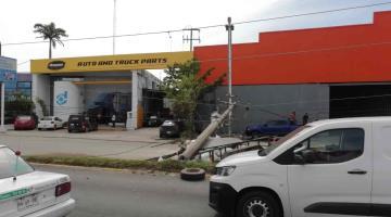Cae poste de luz en Periférico de Villahermosa, desquicia la circulación
