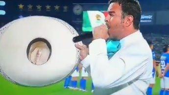Pablo Montero se equivoca al interpretar el himno previo a la final... y se convierte en tendencia