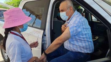 Recibe Carlos Merino vacuna contra coronavirus