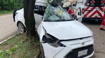 Se impacta auto contra árbol en el periférico de Villahermosa; conductor resulta gravemente herido