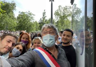 Arrojan harina a líder izquierdista durante protesta en Francia