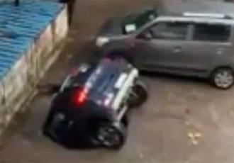 Socavón se abre en un estacionamiento en la India y se traga un automóvil
