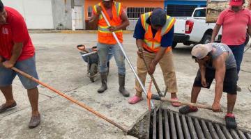 Realiza SAS limpieza manual a rejillas en calles de Villahermosa para evitar afectaciones por lluvias