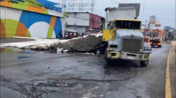 Volcadura de tráiler bloquea carril de Ruiz Cortines por 10 horas