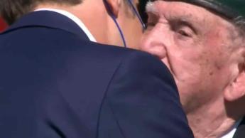Pese a restricciones Macron saluda de beso en la mejilla a veteranos de la segunda guerra mundial
