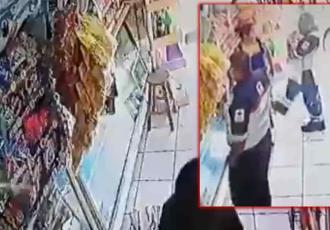 Paramédicos de la Cruz Roja roban un banco de madera en una tienda de abarrotes en la CDMX