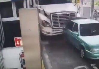 Difunden videos de accidente en caseta de Jalostotitlán, Jalisco, que dejó 4 muertos
