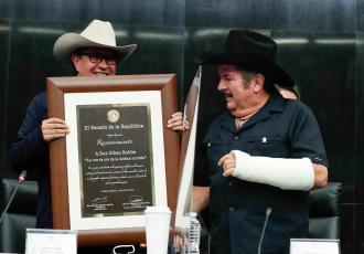 Senadores se avientan palomazo en la entrega de reconocimientos a cantantes Eliseo Robles y Lalo Mora