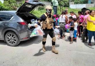 Difunden imágenes de sujetos armados repartiendo en Morelos despensas y útiles a nombre del CJNG