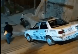 Captan a elemento de la policía vial de Ixtlán de Juárez, Oaxaca, bajando unas escaleras con su patrulla
